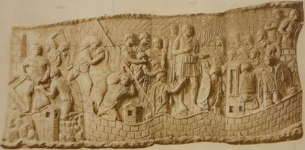 Guerra contra os Dácios: saques (esquerda), Trajano discursa (centro), marcha da tropa (extrema direita).