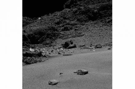 Unerwartet vielgestaltig ist die Oberfläche von Tschuri: es wechseln sich flache, staubbedeckte Ebenen mit Abhängen voll Geröll und steilen Geländekanten ab.