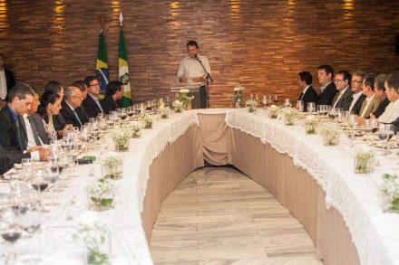 O governador Camilo Santana, como de hábito sem gravata e terno, no jantar com representantes de empresas convidadas.