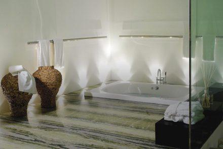 Exklusives Badezimmer von KMD Natursteine. Fotos: KMD