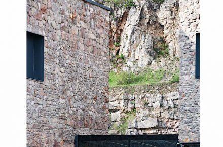 Sulle pareti esterne i muratori hanno composto sempre nuove unità dove affiorano pietre in una determinata grandezza o forma.
