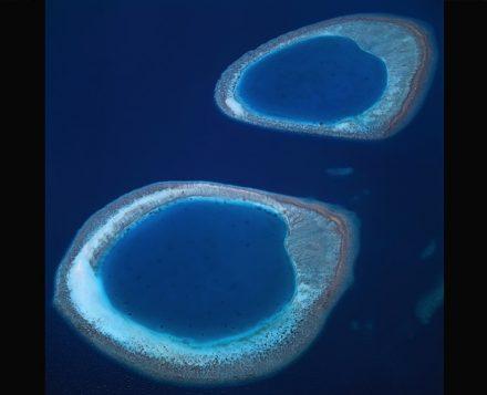 Farbe Blau: Die hellen Inselringe des maledivischen Ari-Atolls im dunklen Indischen Ozean. Foto: Bernhard Edmaier
