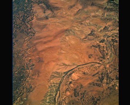 Farbe Braun: Die Landschaft am Rande der Simpsonwüste im Zentrums Australiens. Foto: Bernhard Edmaier