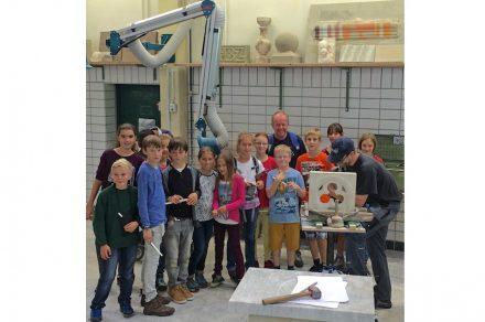 Die Schüler des Gymnasiums Penzberg beim Besuch in den EFBZ-Werkstätten in Wunsiedel.