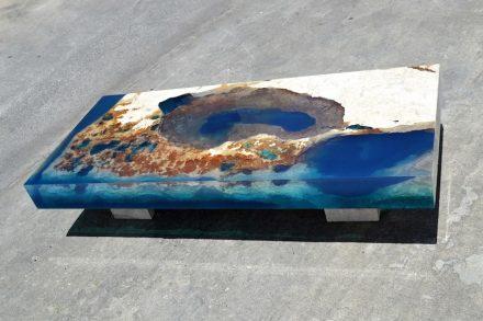 Insel Aus Travertin In Einem Meer Aus Blauem Harz