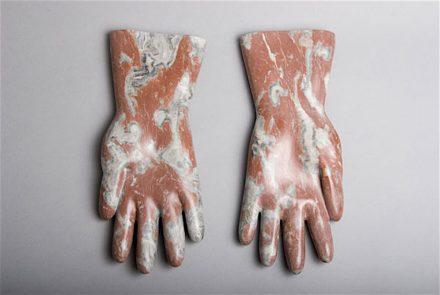 """Rosa Brunner: """"Gummihandschuhe"""", (Guanti di gomma) marmo, 32 cm di lunghezza."""