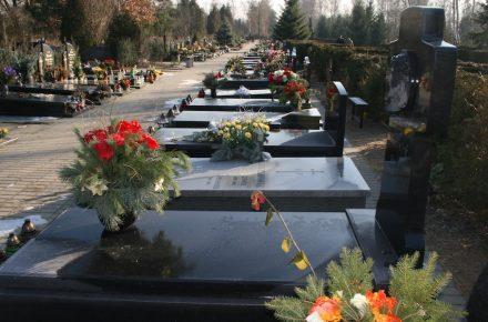 Gräber auf einem katholischen Friedhof.