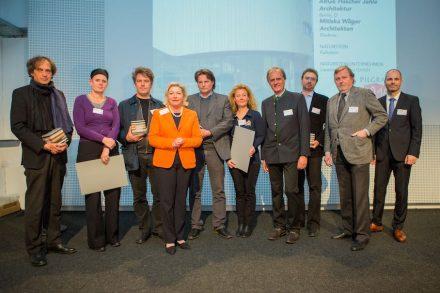 Die Gewinner und Richard Watze, fachlicher Berater und Moderator der Preisverleihung (ganz re.) sowie Matthias Scheffer, Präsident der Vereinigung Österreichischer Natursteinwerke (Sölker Marmor) (4.v.re.).