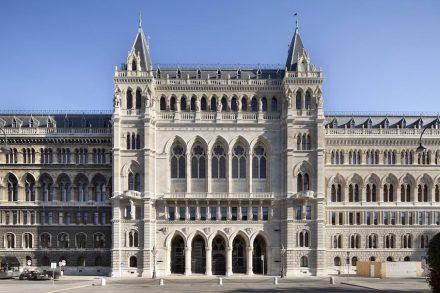 Restaurierung Mittelrisalit Rathaus Wien.