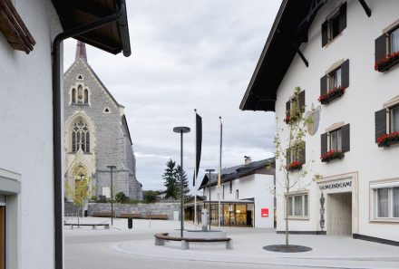 Second prize: The Parish of Stans hitherto had no focal point for lack of a town square. The problem was alleviated by Gsottbaur architektur.werkstatt using a conventional natural cobble stone paving.