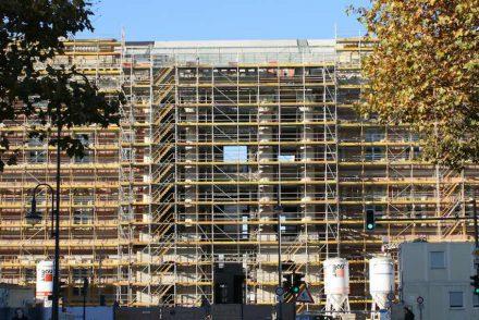 An den meisten der insgesamt 5 Portale sind die gewaltigen Säulen aus Natursteintrommeln installiert. Hier die Südseite an der Breiten Straße. Fotos vom 12. November 2016.