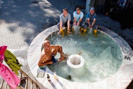 Am Ende gab's wenigstens ein Bad im Brunnen, nachdem der österreichische Steinmetzmeister Michael Egger zahlreiche Herausforderungen bewältigt hatte.