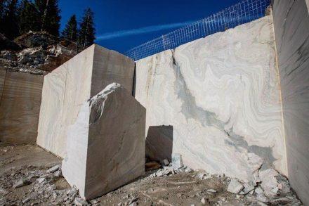 Des Material ist Sölker Marmor, der aus einem Steinbruch in den österreichischen Alpen stammt.