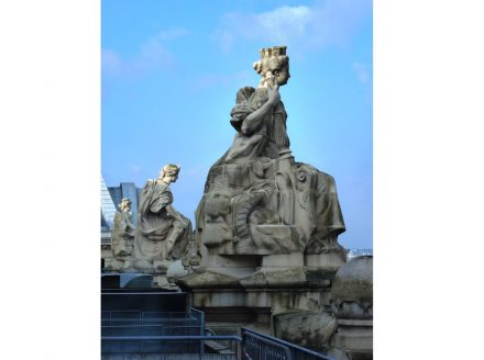 Statues on the roof of the Musée d'Orsay. Source: Wikimedia Commons / Havang