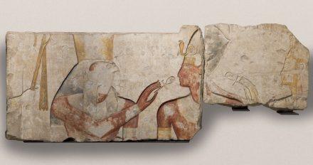 Ramses II. erhält das Leben von den Gottheiten Horus und Isis um 1275 v. Chr., Abydos, Tempel Ramses II., Kalkstein mit Bemalung. © Paris, Musée du Louvre, Département des Antiquités égyptiennes, Foto: bpk / RMN – Grand Palais/Franck Raux