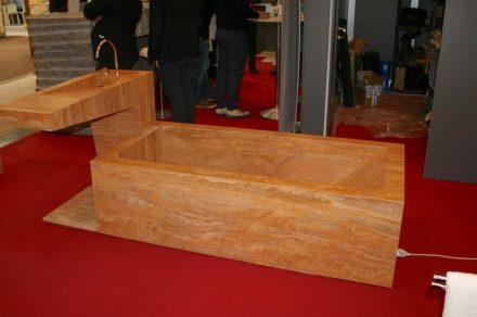 Am Bundesinnungsverband der Steinmetze präsentierte Steininger Steinmetz eine Badewanne, die aus Platten des iranischem Travertins Persian Giallo zusammengesetzt und mit einer Elektroheizung ausgestattet war.