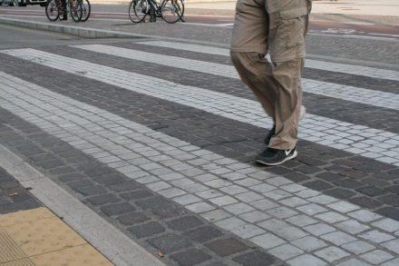 Auf dem Platz vor dem Bahnhof von Verona hat auch der Zebrastreifen ebene Marmorsteine in weiß.