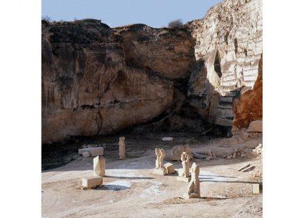 Im Steinbruch von St. Margarethen fand 1959 das 1. Bildhauersymposium statt, das zur Initialzündung für ähnliche Veranstaltungen wurde. Foto vom Winter 1960/61. Foto: anteros01 / Wikimedia Commons