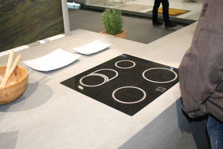 Rossittis spielte mit der Oberflächenbearbeitung von Naturstein und präsentierte eine Steinplatte, die so aussah, als wäre sie ein Ceranfeld zum Kochen.