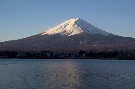 Japan, am Rande des Pazifischen Feuerrings gelegen, beherbergt majestätische Vulkane. Hier der Fuji bei Sonnenaufgang. Quelle: Wikimedia Commons