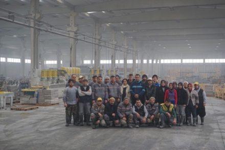 In der Fabrik von Su Marble. Banu Bekişoğlu in der 2. Reihe mit dem weißen Schal.