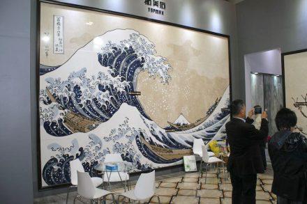 "Inlayarbeit unter anderem mit den Steinsorten Sodalite, Azul Bahia, Crema Marfil und Blue Sky: ""The Great Wave of Kanagawa"" (Katsushika Hokusai, 1832).<a href="" http://www.topmaxstone.com/""target=""_blank""> Quanzhou Topmax Stone Development</a>."