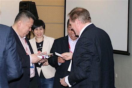 Überreichen der Gastgeschenke. (v.l.n.r) CSMIA-Generalsekretär Qi Zigang, CSMIA-Pressesprecherin Tina-Tian Ling, der Vorsitzende der Shandong Stone Association, Zhou Keji, Euroroc-Generalsekretär Professor Dr. Gerd Merke.