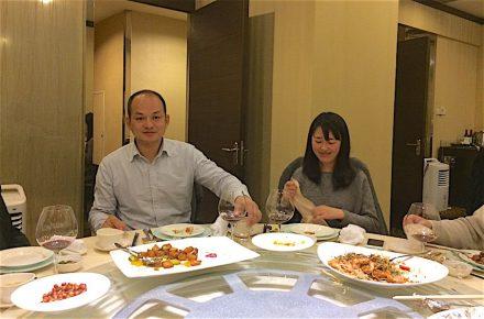 Farewell-dinner mit dem Manager der Messe, Lai Guoxiang, und Christabel Zang vom Messeteam. Foto: Reiner Krug