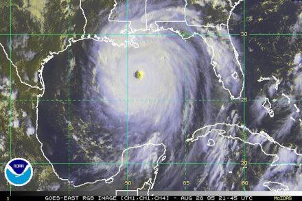 Hurrikan Katrina am 28. August 2005. Der Wirbelsturm bedeckt fast den gesamten Golf von Mexiko und hat gerade die Küste der USA erreicht. Foto: NOAA / Wikimedia Commons