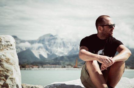 """Moreno Ratti mit den """"Weißen Bergen"""" von Carrara im Hintergrund."""