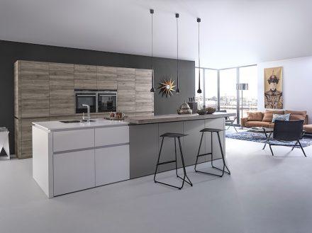 Es ist der Farb- und Materialmix, der in diese Küche einlädt, schreibt die Arbeitsgemeinschaft Moderne Küche (AMK). Foto: AMK