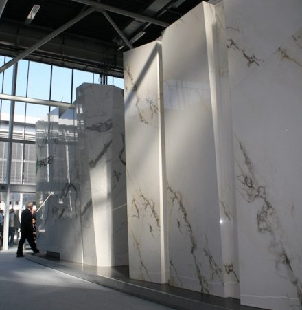 The producers of ceramics and Engineered Stones effectfully present their imitations of natural stone. Photo from Cersaie Fair in Bologna.