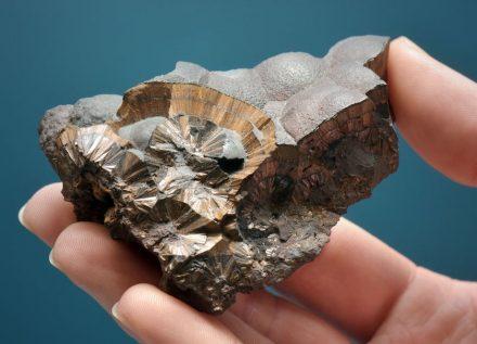 In der Ausstellung zu sehen ist auch dieses Exemplar des Goethits, das in Friedrichroda in Thüringen gefunden wurde. Foto: Jan-Peter Kasper/FSU