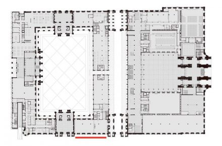 Der Neubau in einer Grafik der Stiftung Humboldt Forum im Berliner Schloss: links innerhalb des Gebäudes der Schlüterhof (offen mit Steinpflasterung auf dem Boden), rechts daneben der Durchgang (der 24 Stunden offen sein wird), weiter rechts das Foyer (überdacht mit dem Eosanderportal ganz rechts). Die rote Markierung zeigt die Stelle mit dem farbigen Fassadenteil auf der Seite von Dom und Lustgarten.