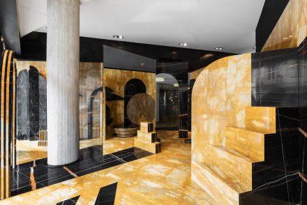 """Die Casone Group hatte die Designer De Allegri und Fogale unter dem Titel """"Mystical Solace"""" (Mystischer Trost) mit den beiden Marmorsorten Yellow Siena Noire Doré ein geradezu magisches Ensemble schaffen lassen."""