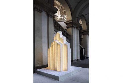 """Marco Piva installierte für die Casone Group mit """"City of Light"""" Säulen wie Wolkenkratzer, die nachts von innen angestrahlt wurden. Das Material war Sivec Marmor. Verwendet wurde ein sehr kaltes Licht. Foto: Andrea Martiradonna"""