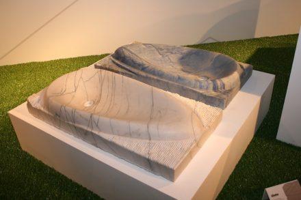 Zampirolli wählte Waschbecken und zeigte auch, wie solch ein Objekt aus dem rohen Stein entsteht.