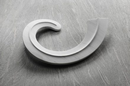 "Cynthia Sah: ""Spiralis"", Carrara white marble, 95 x 63 x 19 cm, 2016. Foto: Q. Bertoux"