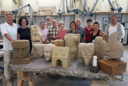 Die Teilnehmer eines der Kreativworkshops mit ihren Arbeiten.