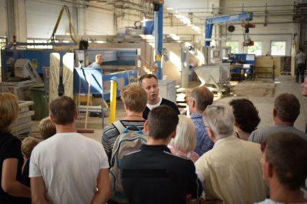 Sebastian Schilling, Geschäftsführer KMD Projekt GmbH, führt beim Tag der offenen Tür 2016 Besucher durch die Produktion.