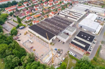 Luftbild des Firmengeländes mit Hallenneubau links unten.