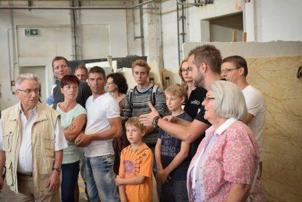 Details aus der Verarbeitung von Steinplatten erläutert Jörn Kalisch, Produktionsleiter KMD Natursteine GmbH & Co. KG beim Tag der offenen Tür 2016.