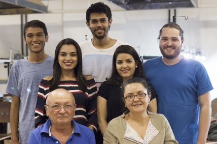 Die Mitwirkenden in dem Schmuckdesign-Projekt. Vorne: Cicero Mendonça und Ana Videla; dahinter (v.l.n.r.): Leonardo Ferreira, Dayane Araújo, Alan Araújo, Marcia Fereira, João Côrtes.
