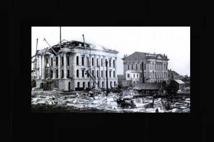 Der Bau des West-Flügels, 1879. Quelle: Kansas State Historical Society / Greg A. Hoots. Topeka. Chicago: Arcadia Publishing, 2010 / Wikimedia Commons