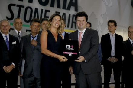 Renata Malenza receiving the Marmo+Mac Latin America Award from Fernando Coelho Filho, minister of mines and energy of Espírito Santo.