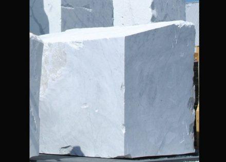 Weißer Marmor, hier ein Rohblock, ist das Material von vielen von Rodins Skulpturen.