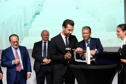 Preisverleihung an Iannis Antoniadis auf der Marmomac. Links außen: Giovanni Mantovani, Direktor der Veronafiere. Foto: Ennevi / Marmomac