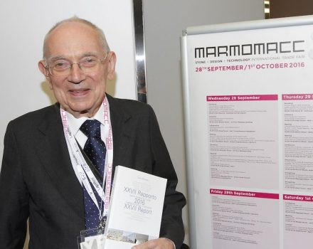Rückblick: Dr. Carlo Montani präsentiert auf der Marmomac 2016 diejenige Ausgabe des Buches (Nr. XXVII), die aktuell auf der Webpage des Verlages angeboten wird. Foto: Ennevi / Veronafiere