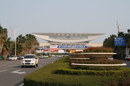 Die Suppenschüssel über den Messehallen in Xiamen. Dort findet der World Stone Congress statt. Foto von 2015.