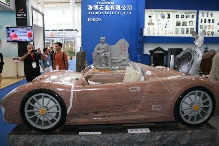 """<a href=""""http://www.haobostone.com/""""target=""""_blank"""">Haobostone</a>: Ferrari in Stein, im Hintergrund der chinesische Premierminister Li Keqiang."""
